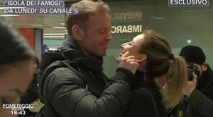 rocco siffredi e la moglie rosa all aeroporto di linate saluto prima del volo per Isola dei famosi da pomeriggio 5