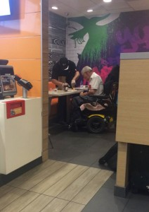 foto dipendnete mac donalds aiuta disabile a mangiare e chiude la cassa foto di destiny carreno