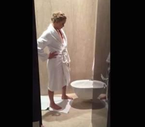 Jennifer Lawrence il video divertente su facebbok non si lava le mani quando usa il wc