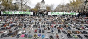scarpe a place de la republique parigi per la marcia negata per ambiente