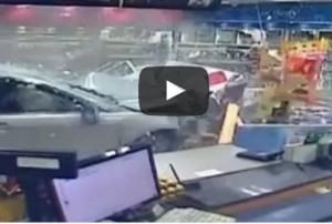video youtube auto sfonda una vetrina ed entra in un negozio a sydney in australia e una donna si salva per miracolo