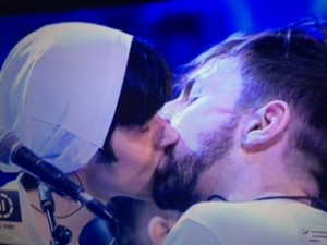 bacio gay la rua ad amici 2016 seconda puntata 9 aprile