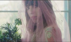 lo sposa di gucci 2016 by allessandro michele abito rosa serpente e velo con farfalle