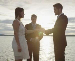 matrimonio a mezzannotte in filandia sul lago Kakslauttanen Artic Resort in Finlandia