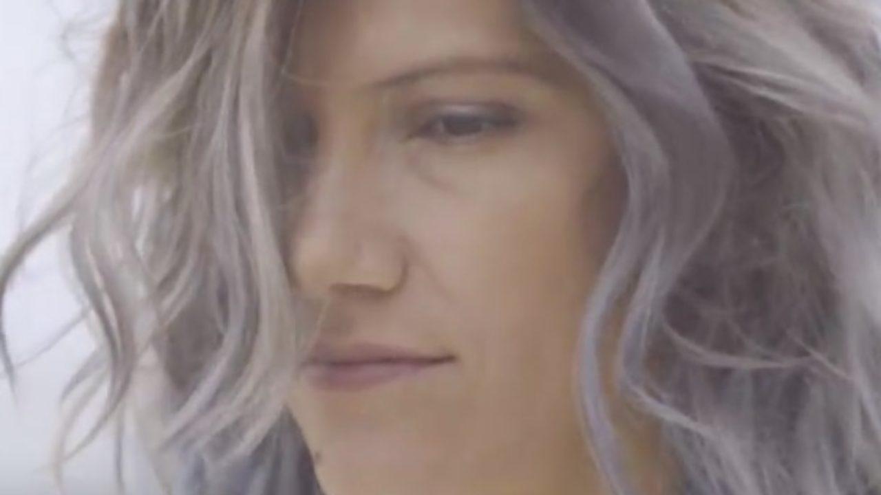 Elisa con i capelli grigi nel nuovo video Bruciare per Te. Oggi ...