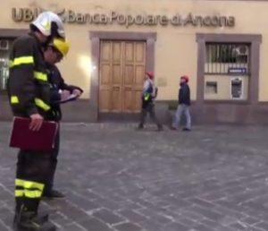 vigili-del-fuoco-si-salvano-dai-crolli-del-terremoto-per-il-cambio-d-ora