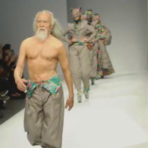 wang-deshun-video-il-modello-di-80-anni-cinese-dal-fisico-da-20enne-fa-impazzire-la-moda