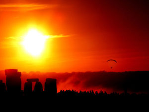 (Foto: Solstice Dawn - Autore Taro Taylor from Sydney, Australia).