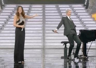 La farfallina torna Sanremo 2018 con Baglioni che imita Virginia Raffaele  che a sua volta imita Belen Rodriguez. Momento goliardico tra Virginia  Raffaele e ... 22afa708697