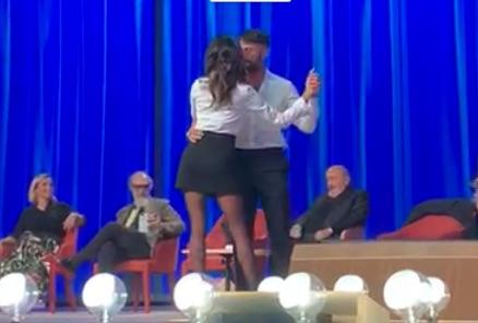 """... a ballare Belen Rodriguez sulle note di """"Bésame Mucho"""" al Maurizio  Costanzo Show. Mercoledì 24 ottobre 2018 andrà in onda la prima punta del  nuovo ciclo ... c114dcf496a"""