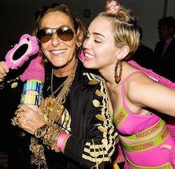 Moschino veste Miley Cyrus di rosa come mostra una foto pubblica su Instagram dalla nota casa di moda. Foto ammiccante di Miley Cyrus per il lancio del nuovo libro di Jeremy Scott
