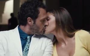 belen e fabio troiano bacio nel film al cinema