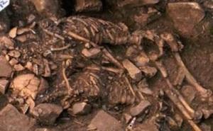 coppia scheletri abbracciati  nel peloponneso
