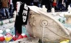 roma fontana di bernini in piazza di spagna deturpata dai tifosi olandesi