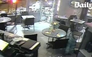 Sophia Bejali e barbara salve al cafe di parigi per il fucile inceppato del terroristra ricercato