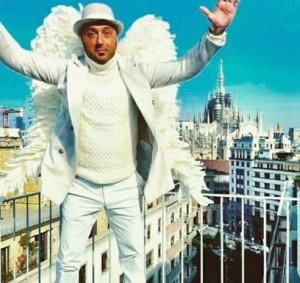 joe bastianich vestito da angelo per pubblicita di sky si candida ad angelo per angelo di Victorias Secret