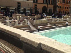 fontana di trevi roma sfilata fendi immagini in tempo reale